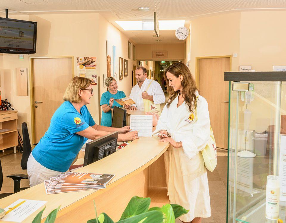 Kurgäste werden an der Therapierezeption des Heilmoorbades Schwanberg beraten