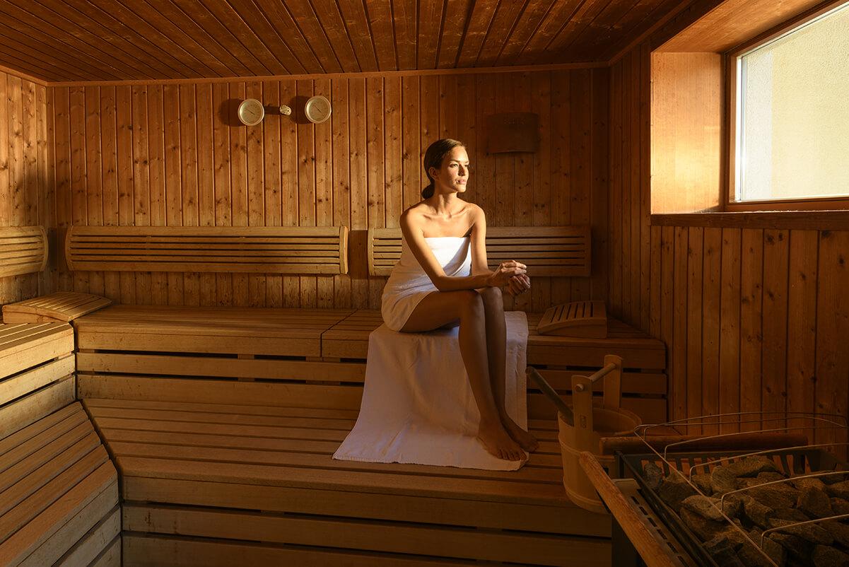 eine Dame in der Sauna des Kur- und Gesundheitshotels Heilmoorbad Schwanberg