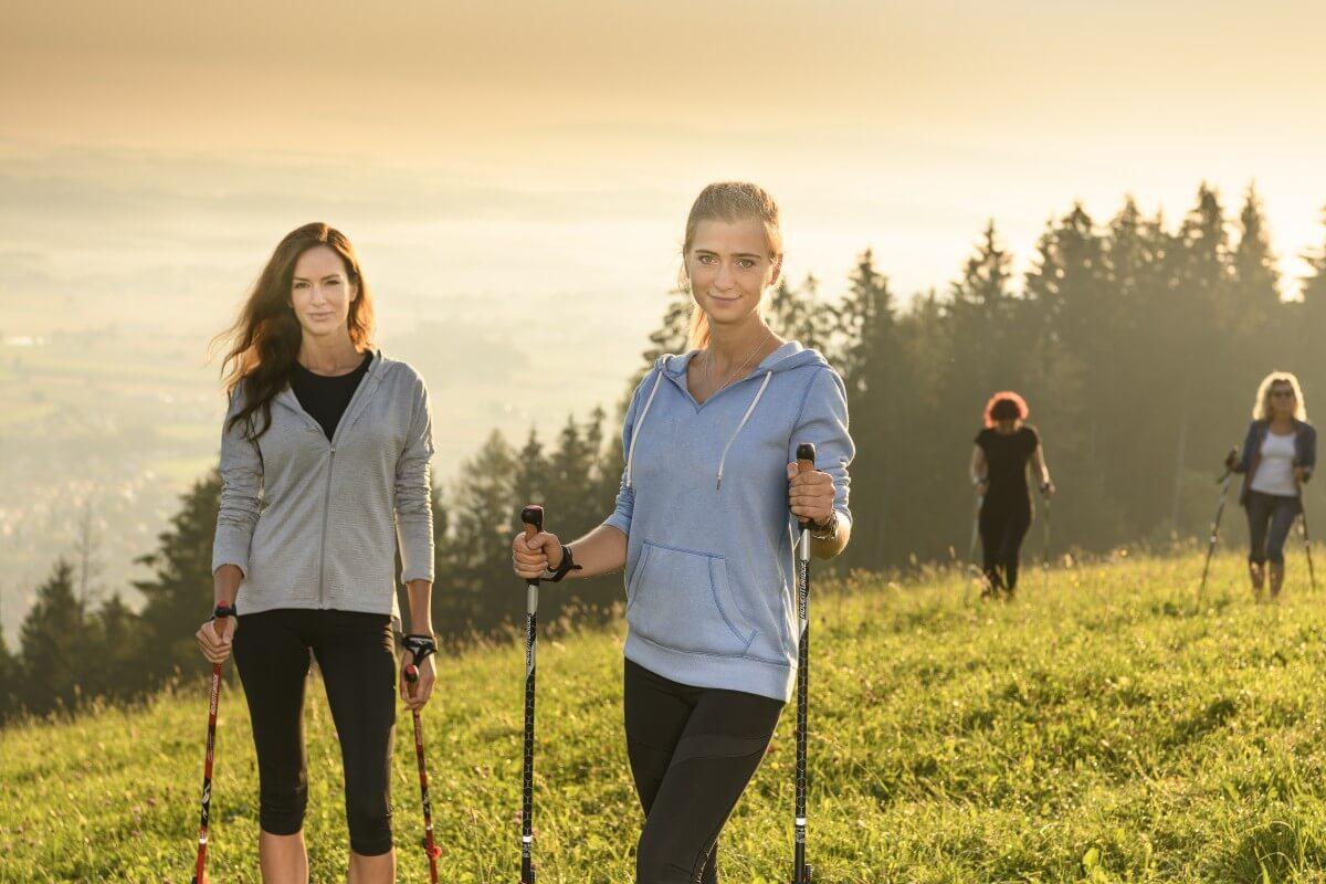 eine Gruppe von Personen bei Bewegung im steirischen Schilcherland