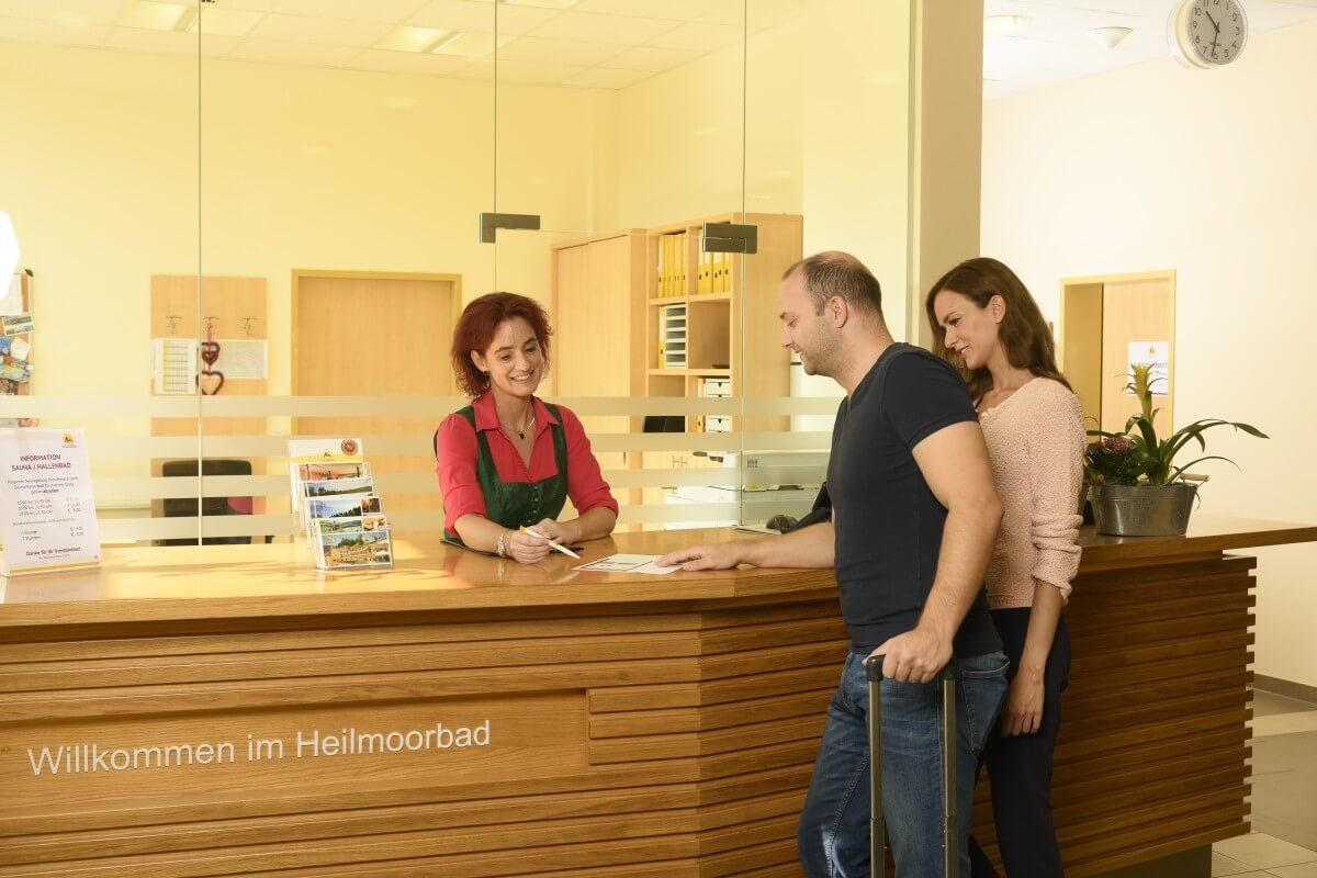 Personen beim Empfang/Rezeption des Kur- und Gesundheitshotels Heilmoorbad Schwanberg
