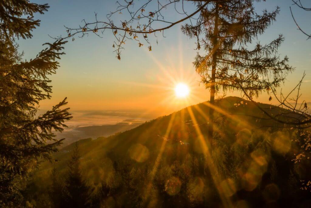 idylischer Sonnenaufgang über den Bergen des Schilcherlandes