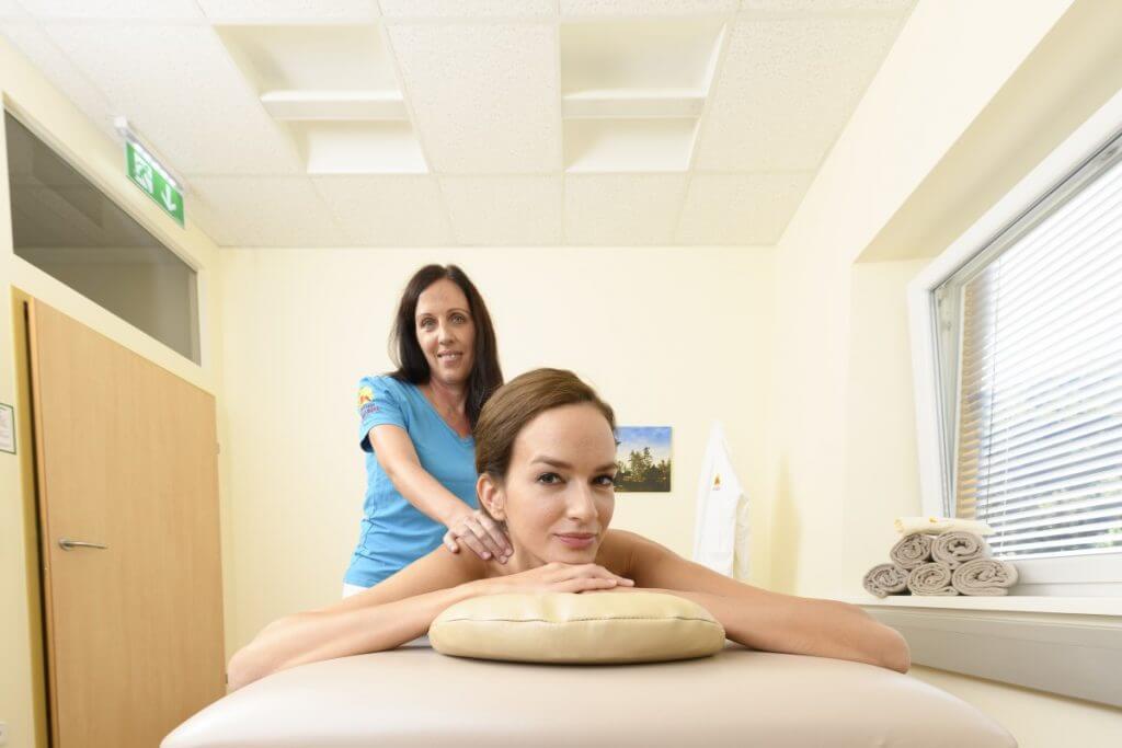 eine Dame entspannt bei einer wohltuenden Massageanwendung im Heilmoorbad Schwanberg