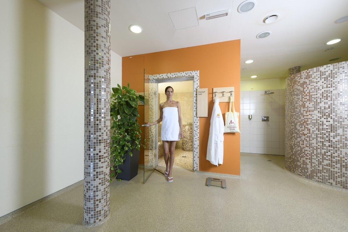 eine Dame im Saunabereich des Kur- und Gesundheitshotels Heilmoorbad Schwanberg