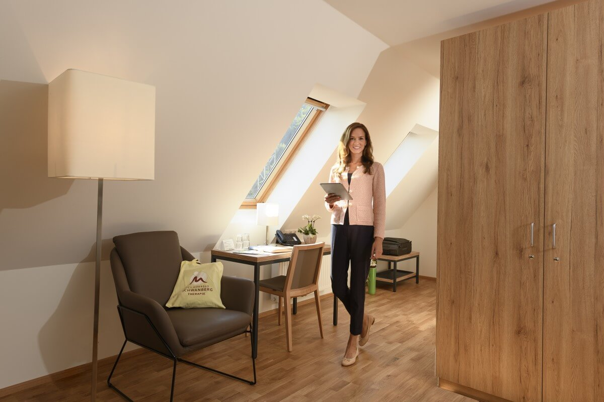 eine Dame in der Zimmeransicht des Kur- und Gesundheitshotel Heilmoorbad Schwanberg
