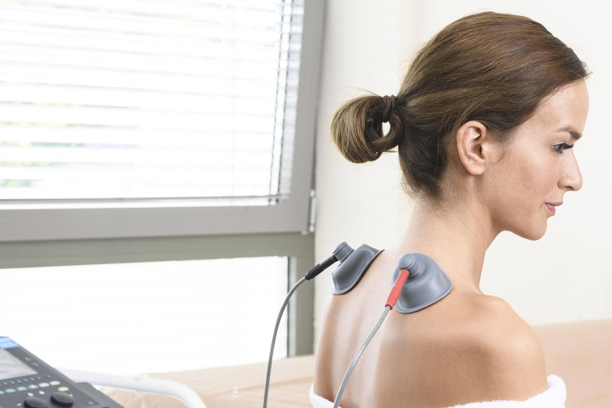 eine Dame bei der Elektrotherapie im Kur- und Gesundheitshotel Heilmoorbad Schwanberg