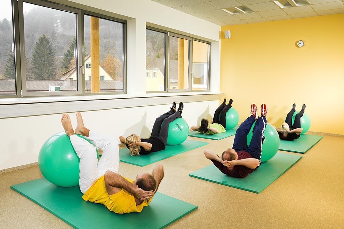 eine Gruppe von Personen im Gymnastikraum des Heilmoorbades Schwanberg