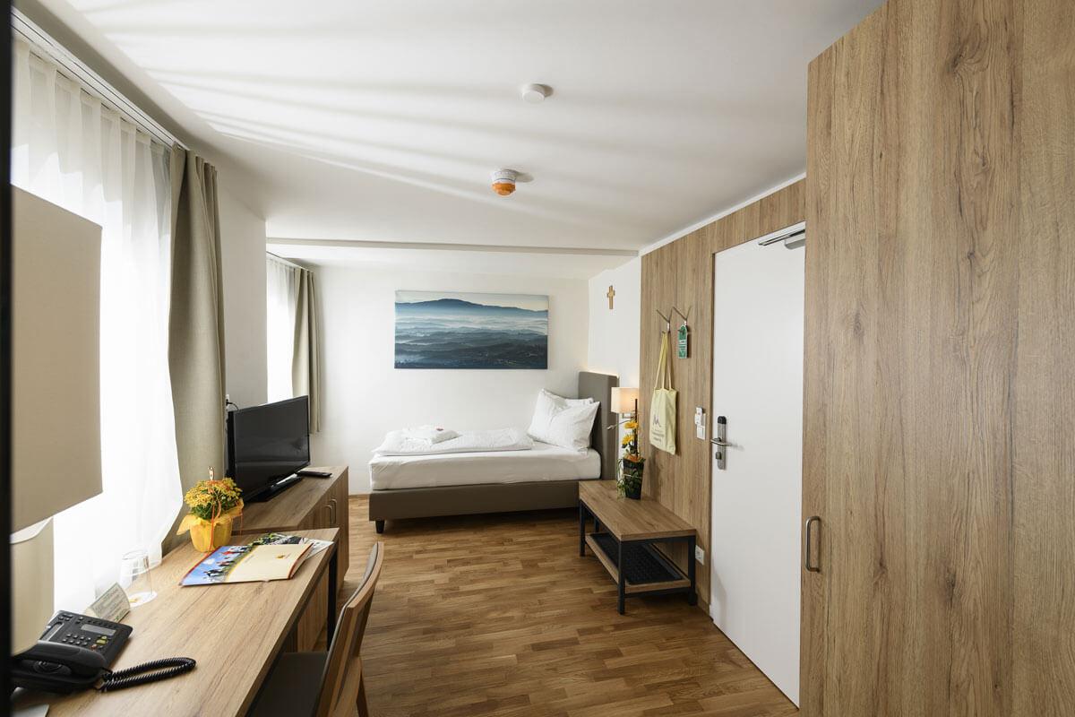 Ansicht eines Einbettzimmers im Kur- und Gesundheitshotels Heilmoorbad Schwanberg