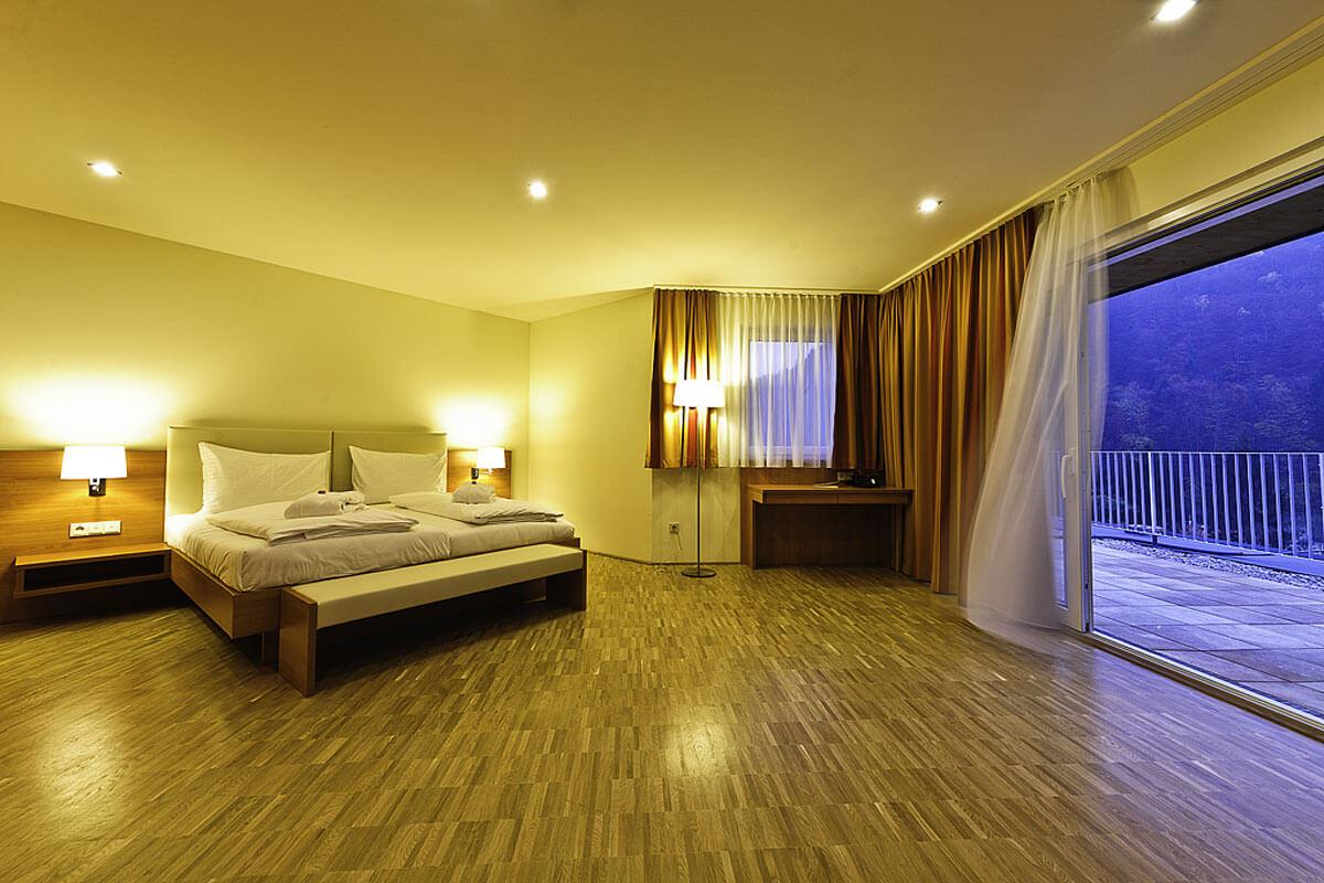 geräumige Zimmeransicht der Suite im Haupthaus des Kur- und Gesundheitshotels Heilmoorbad Schwanberg