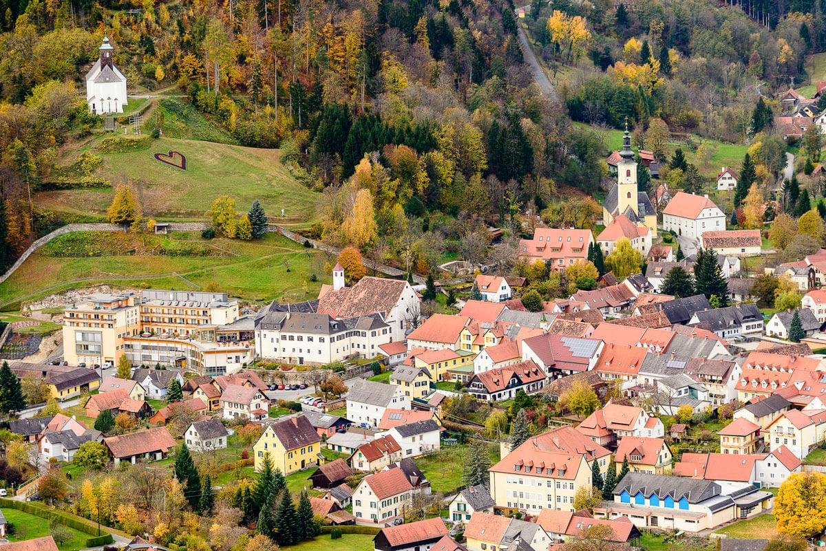 Luftaufnahme der Marktgemeinde Schwanberg mit Ansicht des Kur- und Gesundheitshotels Heilmoorbad Schwanberg