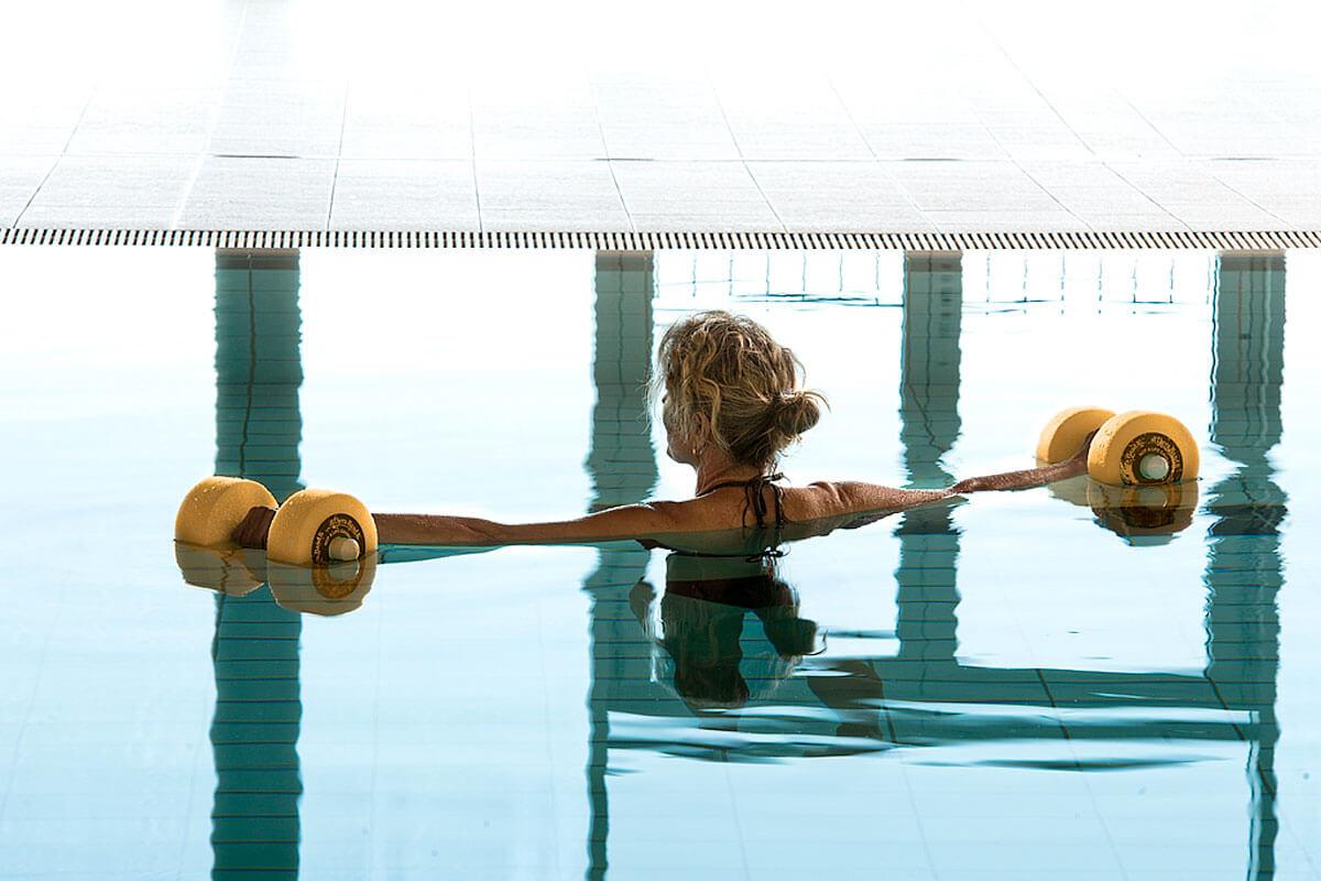 Dame bei Unterwassergymnastik