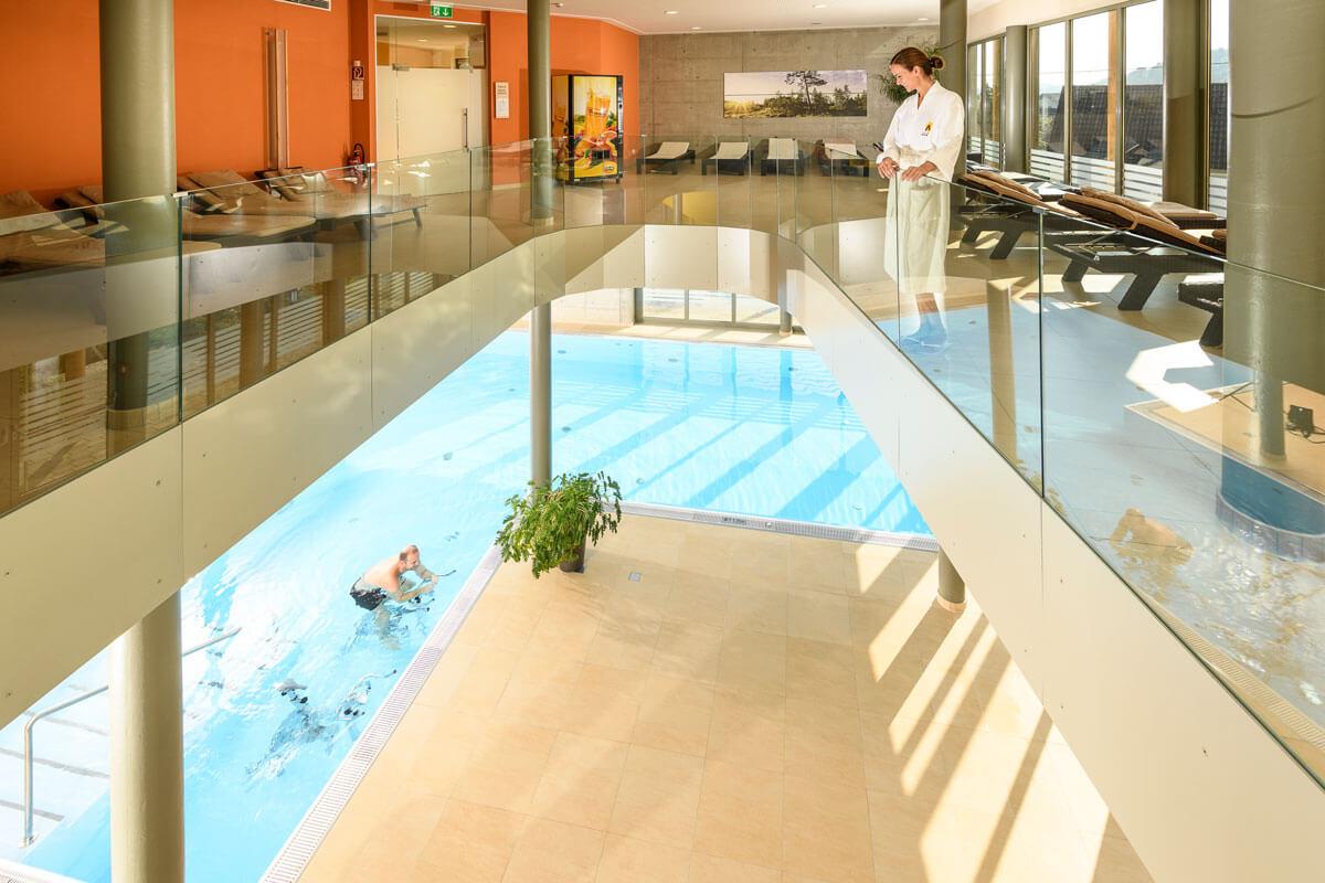 Blick in den Hallenbad- und Wellnessbereich des Kur- und Gesundheitshotels Heilmoorbad Schwanberg