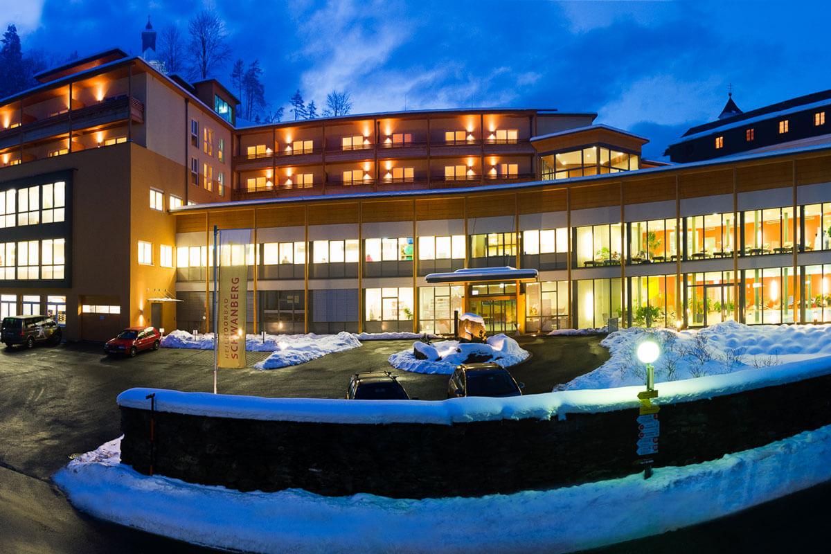 nächtliche Winteransicht des Kur- und Gesundheitshotels Heilmoorbad Schwanberg