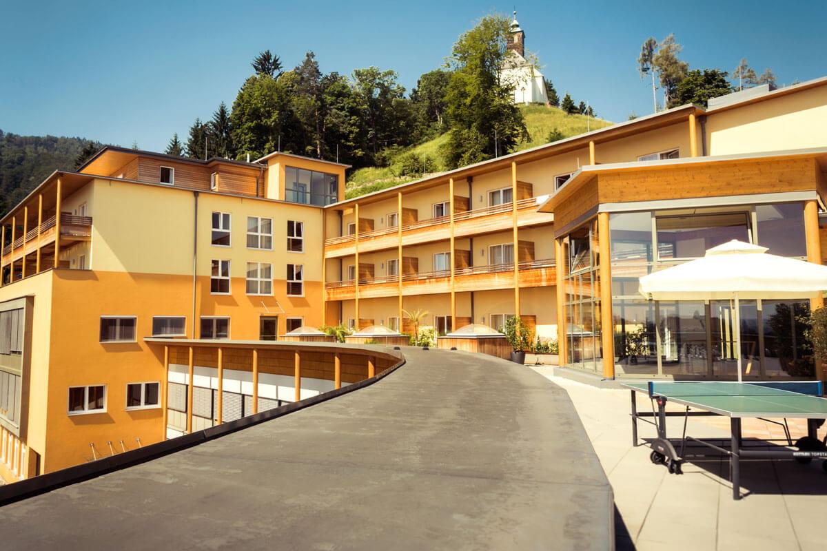 Terrassensichts mit Blick auf die Josefikirche des Kur- und Gesundheitshotels Heilmoorbad Schwanberg