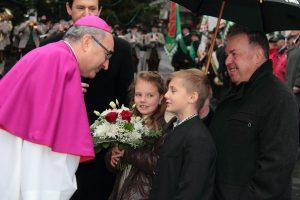 Empfang des Bischofs Krautwaschl am Hauptplatz von Schwanberg anlässlich der Weihe der Klosterkirche