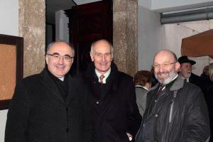 Bischof Krautwaschl mit Gernot Fraydl sen. und OMR Dr. Gerald Andracher vor der Klosterkirche Schwanberg