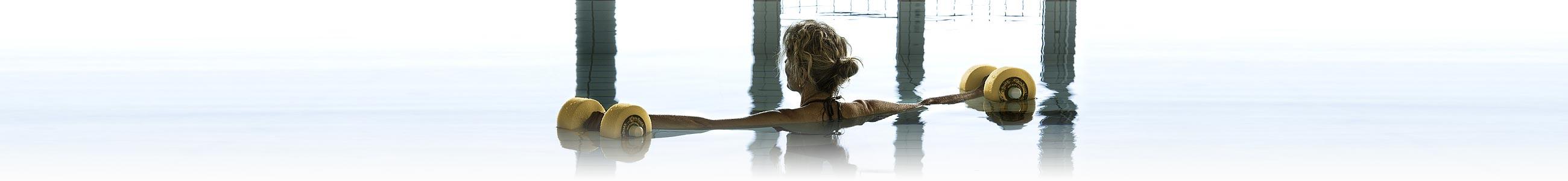Dame im Hallenbad bei Aquagymnastik