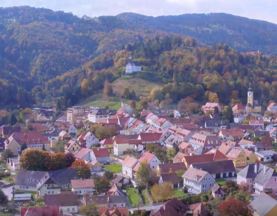 Panoramaansicht der Marktgemeinde Schwanberg mit Blick auf die Josefikirche