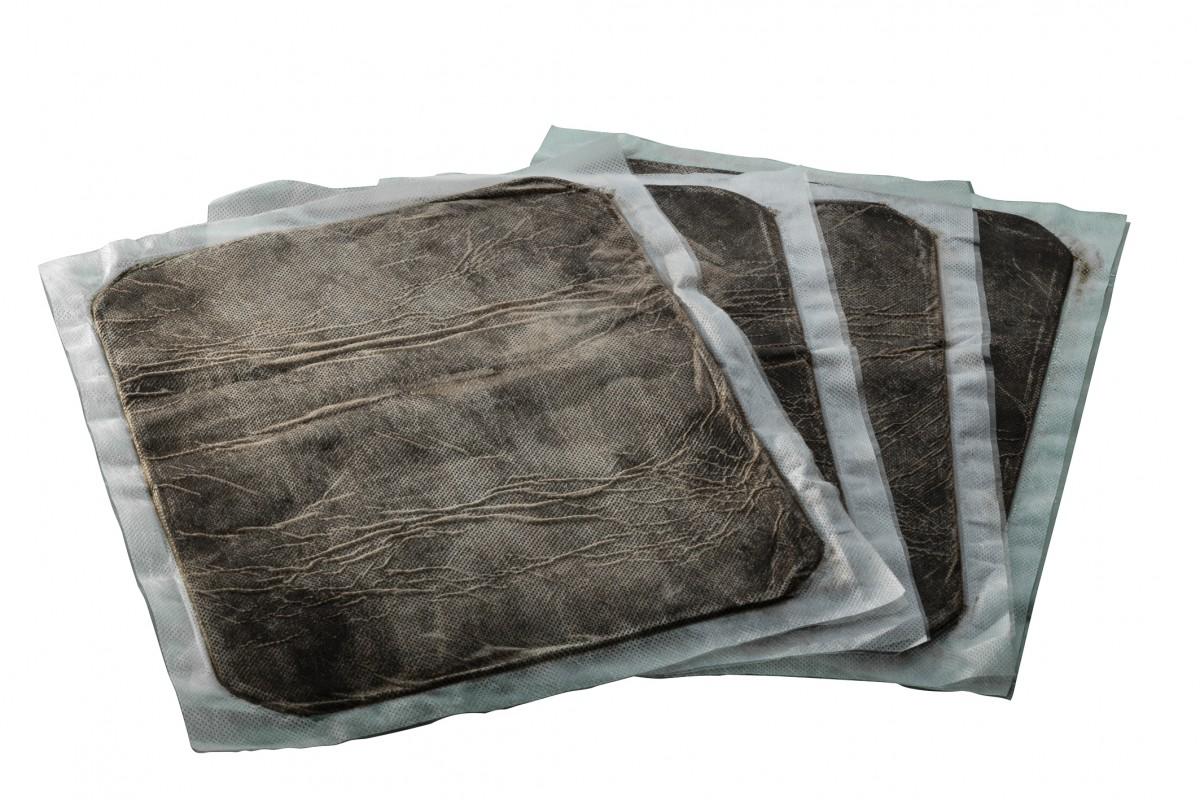 drei Folienbeutel mit dem Hochmoor von Garanas zur Verwendung bei Beschwerden des Bewegungs- und Stützappartes
