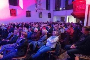 Gut gefüllte Klosterkirche beim Konzert
