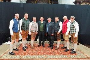 "Gruppenfoto ""Gestern & Heut`"" mit Moderator Sepp Loibner und TVB-Obmann Rupert Mauthner"