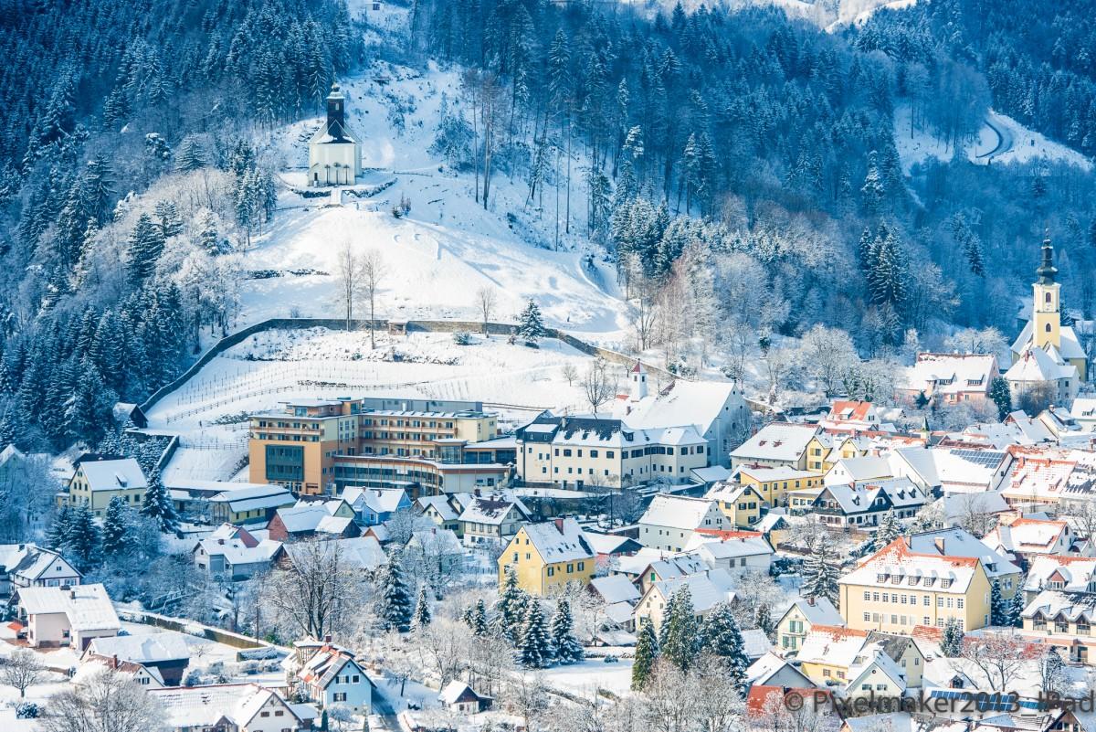 Luftaufnahme vom winterlichen Heilmoorbad Schwanberg